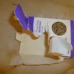 Vadå, om man hittar ett oöppnat paket med myntagodis måste man väl få öppna det? Kan inte hjälpa att jag inte har några tummar.